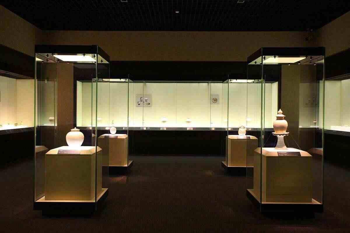 【博物馆展柜定制厂家】对于博物馆展柜设计必须考虑什么