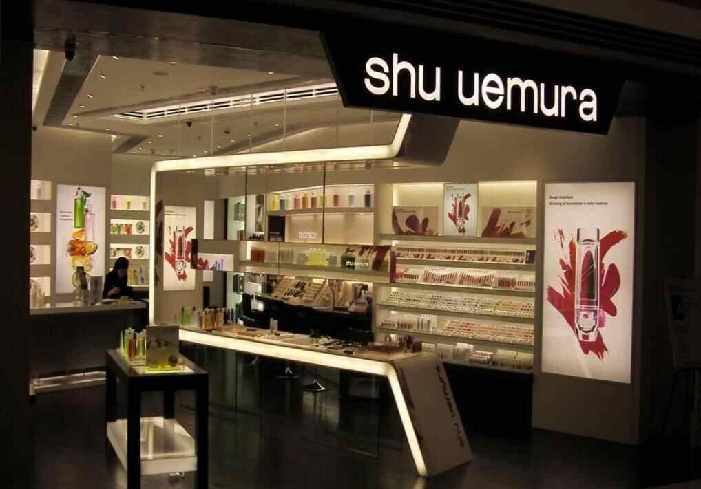 化妆品店展柜设计必须与店铺装修装饰相结合